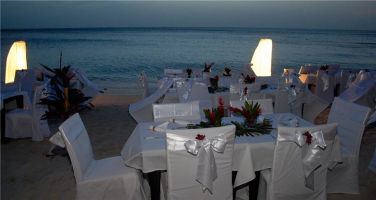 Sundown-dinner-in-paradise-beach-hotel